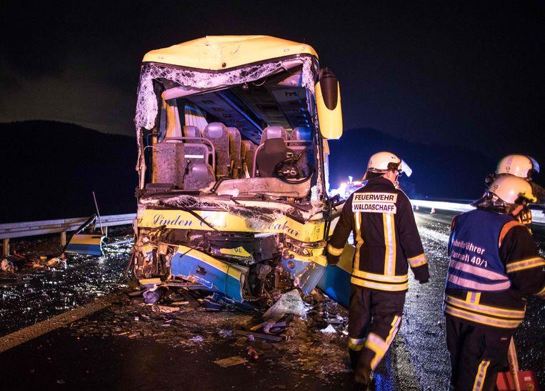 De bus, met 46 passagiers op weg naar een Oostenrijks skigebied, botste tegen een truck. Vooral vooraan was de impact groot.