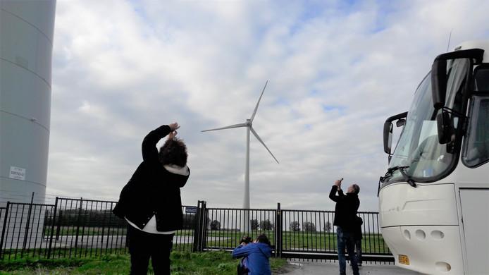 Een stop bij windmolens, tijdens de excursie naar de Hoeksche Waard begin oktober.