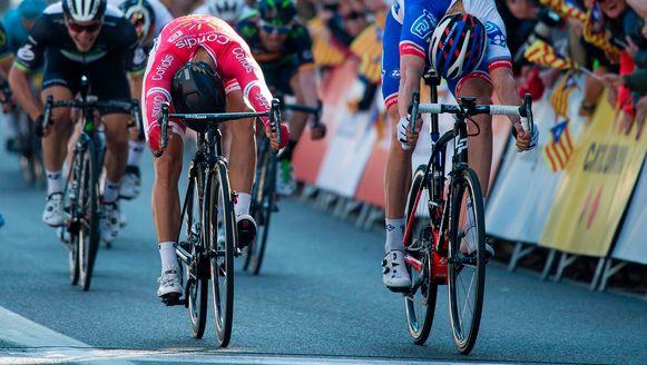 Wat een jump van de Italiaan Cimolai! Nacer Bouhanni wordt zo op de streep gevloerd. Op de achtergrond zien we Sbaragli, (de helm van) Greipel en Rojas.