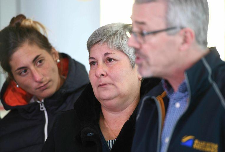 David Mearns (rechts) vertelt over de reddingsplannen samen met de moeder van Sala - Mercedes - en zijn zus Romina (links).