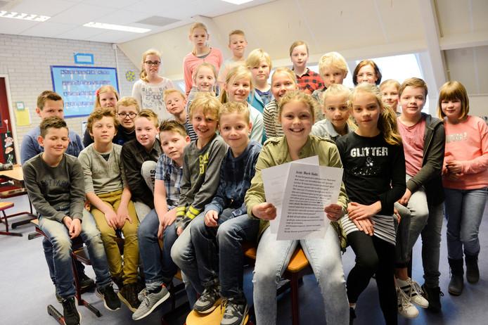 Floortje Busscher met de brieven aan en van premier Rutte, tussen de trotse leerlingen van haar klas op De Zevenster in Denekamp.