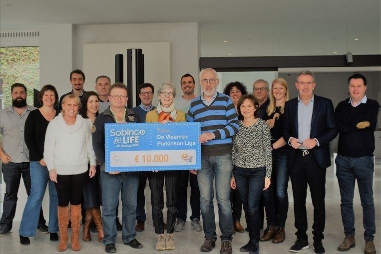 De werknemers van Sobinco overhandigden eencheque van 10.000 euro aan de Vlaamse Parkinson Liga.