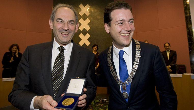 Job Cohen (L) ontvangt bij zijn afscheid de Gouden ere-medaille van de stad Amsterdam, uit handen van waarnemend burgemeester Lodewijk Asscher. Foto ANP Beeld