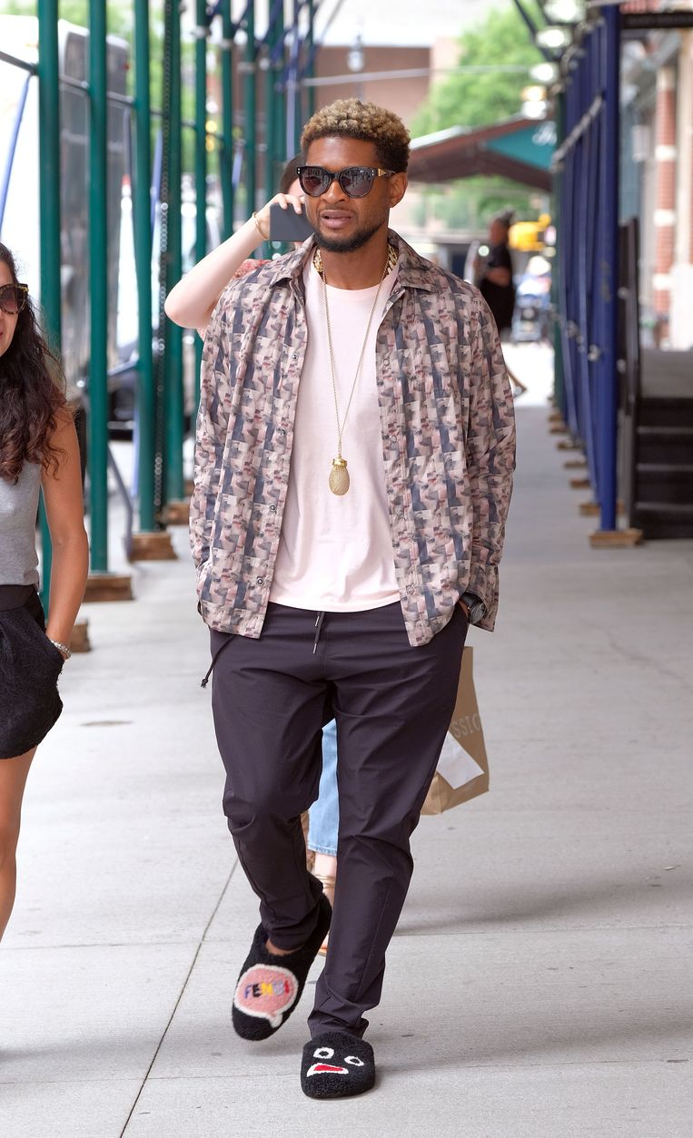 Usher op wandel in New York.