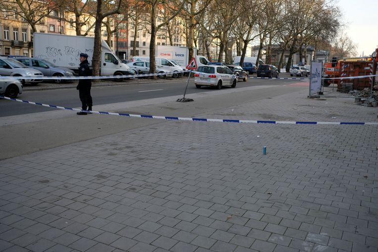 De politie spande linten rond de plaats waar de jongen werd neergestoken.