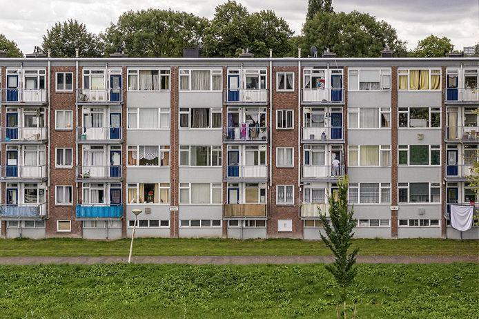 Hoewel dubbelglas al werd verkocht voor deze woningen ontworpen werden, zitten in deze sociale huurwoningen van Staedion nog steeds ramen van enkel glas. 'Heel koud in de winter', zegt Odile Jopkovi Flat Sportzicht