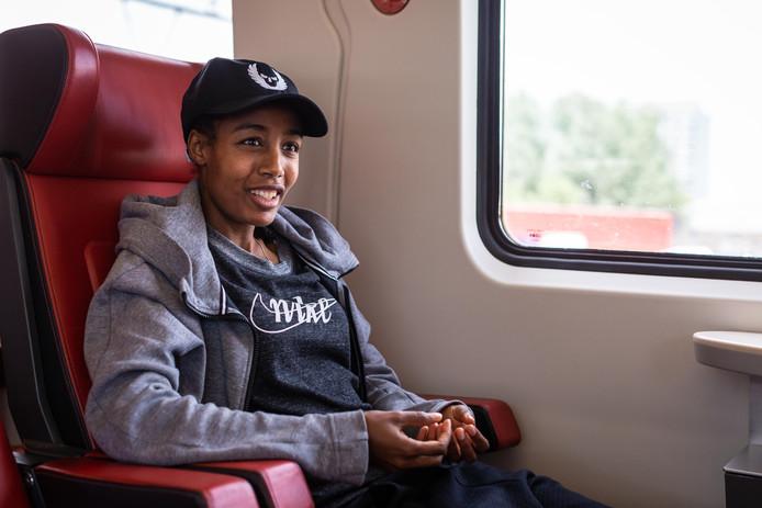 Sifan Hassan, tijdens het interview met Pim Bijl in de trein.
