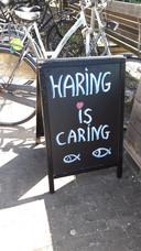 De slogan van een visboer op een camping in Castricum.