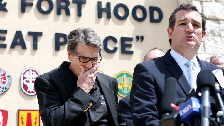 De Texaanse gouverneur Rick Perry (links) en Senator Ted Cruz geven een persconferentie op de legerbasis. Beeld getty