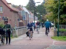 Veenendaal plaatst paaltje om auto's bij fietsbrug te weren