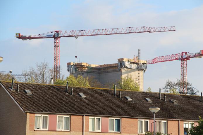 Bouw van de inmiddels in gebruik zijnde melkpoederfabriek, zoals enkele jaren geleden te zien vanuit de aanpalende woonwijk Hambroek.
