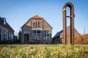 d'Olde Skoele in Hattem staat al jaren leeg. Het is verkocht door de gemeente en wordt verbouwd tot woonhuis met kantoorfunctie.