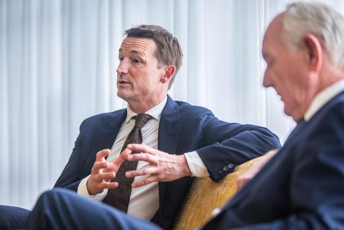 Hoofdofficier van justitie Michiel Zwinkels (l) in gesprek met burgemeester Johan Remkes.