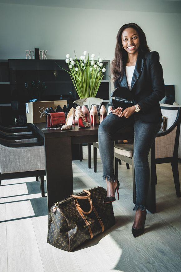 Rosine Uwayezu tussen Vuitton en Louboutins.