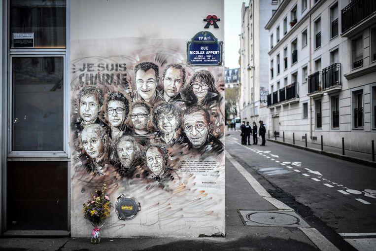 Politie staat buiten Charlie Hebdo's voormalige redactiegebouw. Vijf jaar geleden werden twaalf redactieleden doodgeschoten. Beeld AFP