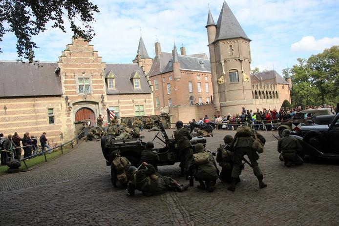 Publiek kijkt toe hoe de 'Duitsers' kasteel Heeswijk verdedigen.