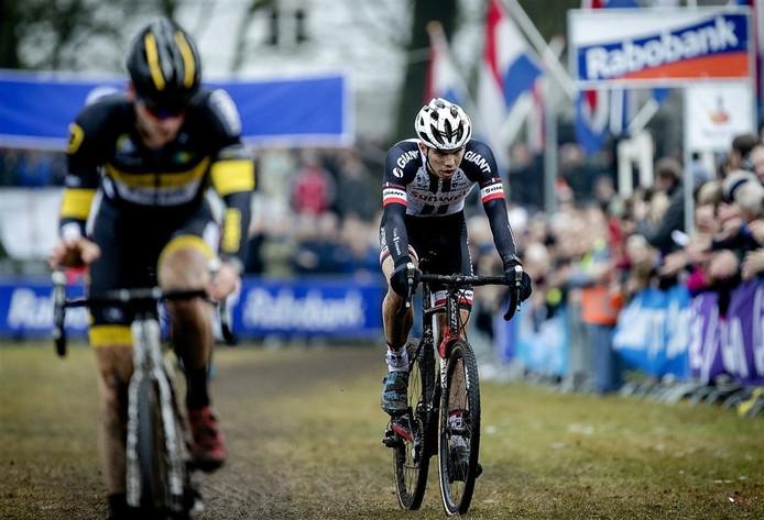 Joris Nieuwenhuis (rechts) verliest de sprint om de tweede plek op het NK Veldrijden van Corné van Kessel, maar wordt door het brons wél beloftekampioen.