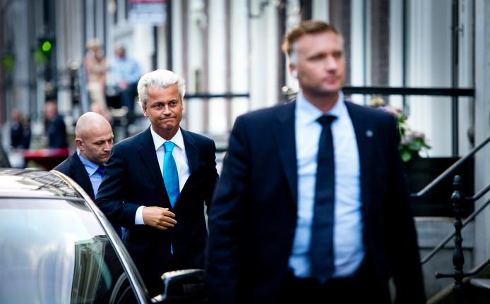 Foto ter illustratie. De beveiligers op de foto hebben niets te maken met de van corruptie verdachte agent.