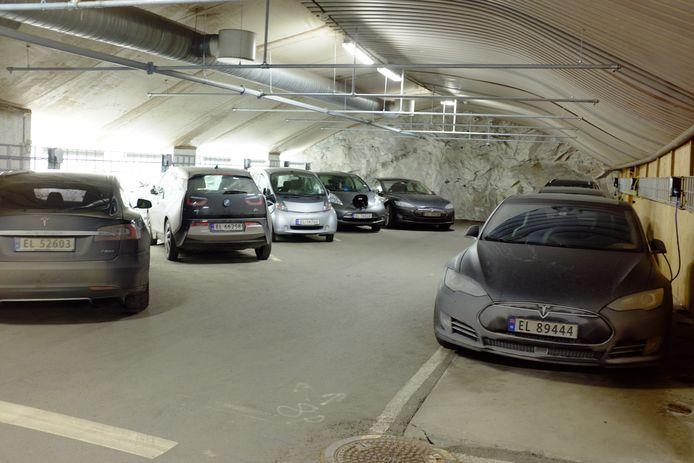 Elektrische auto's laden in een speciale parkeergarage voor elektrische auto's onder Fort Arkershus in Oslo.