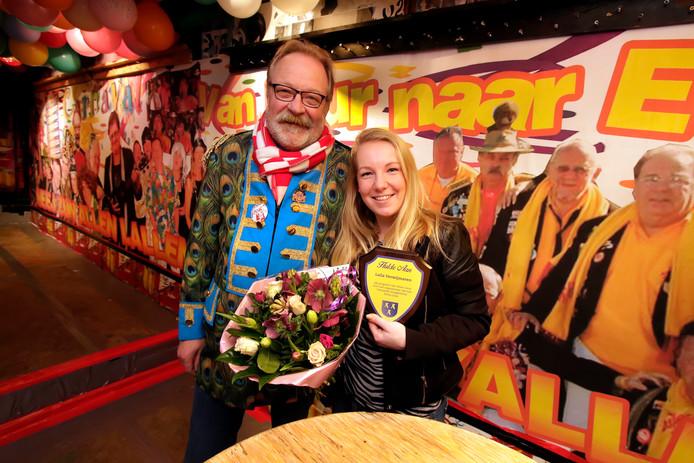 Wall of Fame in cafe de Klomp: Allerlei grootheden van de Etten-Leurse carnavalsmuziek sieren de wand in het café, op de foto Leila Verwijmeren namens de aanstormende generatie samen met Kees van Aert.