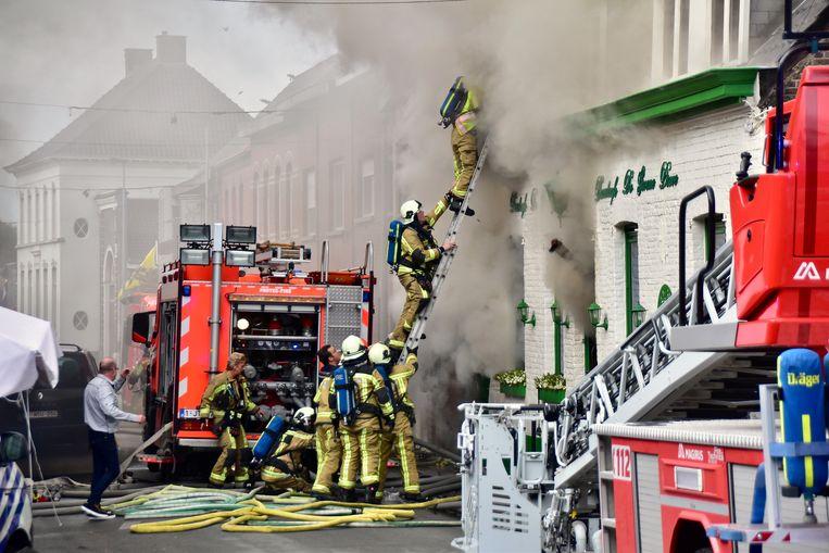 De brandweer moest flink wat moeite doen om een slachtoffer te evacueren van op de bovenverdieping van praatcafé De Groene Dreve.