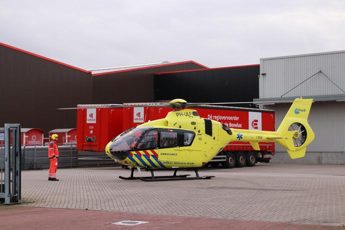 Bij een staalbedrijf aan De Smalle Zijde is een persoon overreden. Een traumahelikopter werd ingezet.