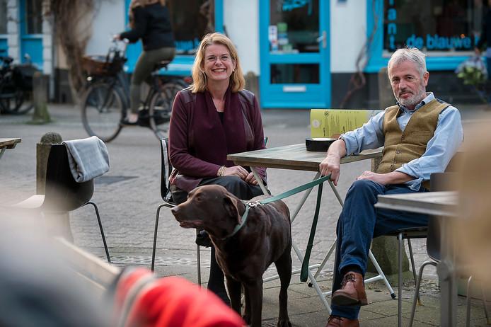 Pauline Krikke, haar man Ron Miltenburg en hond Harley in het Spijkerkwartier in Arnhem, foto ter illustratie.