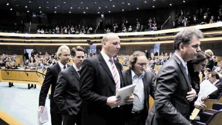 Op 26 maart verlieten Wilders en de zijnen demonstratief de Tweede Kamer, hun collega's in verwarring achterlatend. (FOTO WERRY CRONE, TROUW ) Beeld