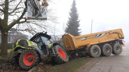 Zware tractor met aanhangwagen belandt in gracht na ongeval