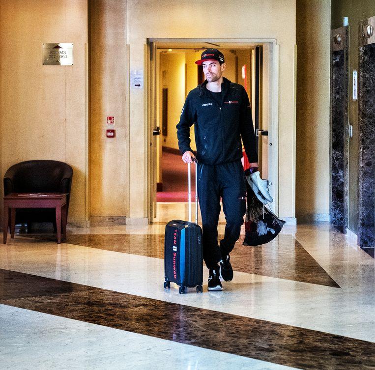 Tom Dumoulin in het teamhotel op weg naar de start van de Giro. Even later moest hij definitief opgeven. Beeld Klaas Jan van der Weij