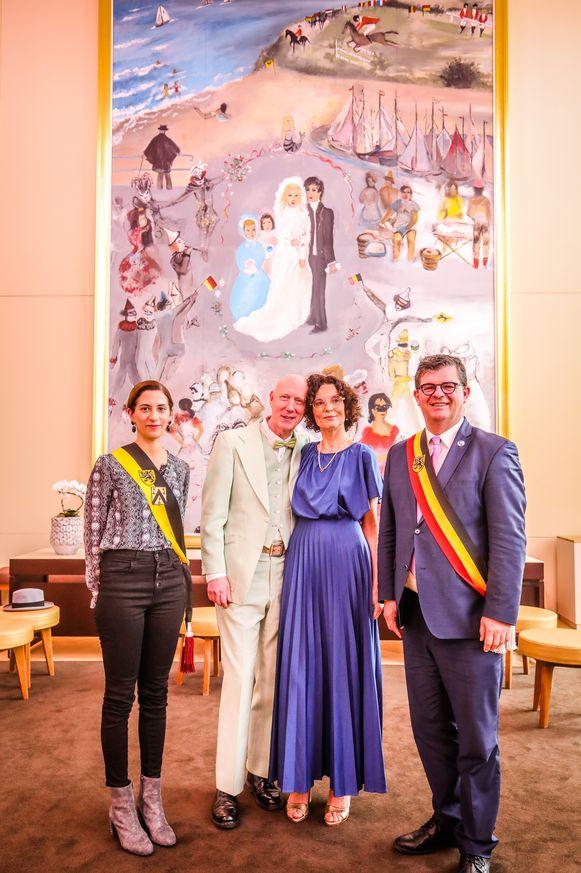 Herr Seele met zijn bruid Katia Belloy omringd door schepen Hina Bhatti (Open Vld) en burgemeester Bart Tommelein (Open Vld).