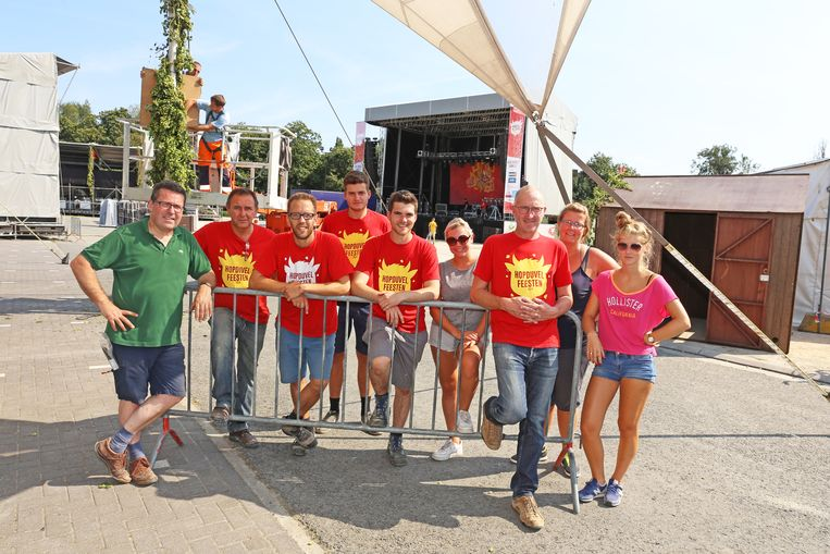 Vrijwilligers waren gisteren druk in de weer met het klaarmaken van het festivalterrein op de Boekfosparking.