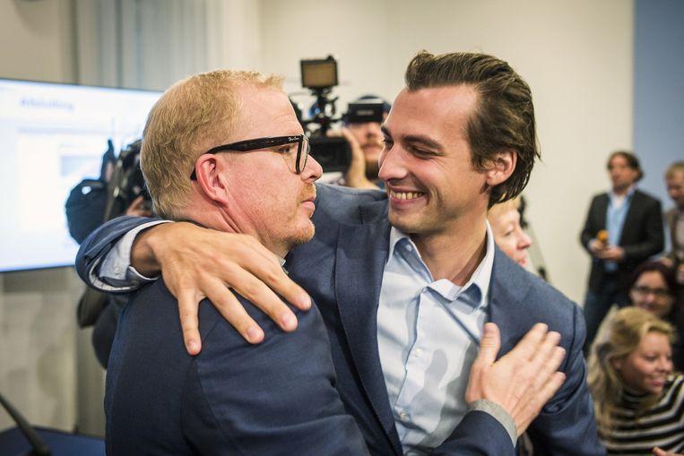 Jan Roos (links) van het actiecomité GeenPeil wordt gefeliciteerd door Thierry Baudet (rechts) nadat de Kiesraad heeft geoordeeld dat GeenPeil ruimschoots voldoende handtekeningen heeft verzameld voor een referendum over een omstreden samenwerkingsverdrag tussen de Europese Unie en Oekraïne. Beeld Jiri Büller