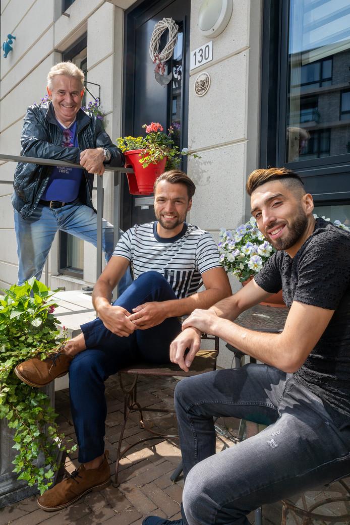 Utopiafan Bertie van den Heuvel naast de broers Cemal Hazebroek (midden) en Cemal Top (Rechts)