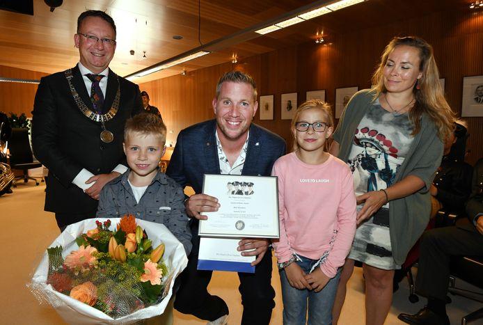 Rick Torenstra met zijn vrouw en kinderen. Hij heeft net de Legion of Honor Award of Four Chaplains ontvangen uit handen van burgemeester Patrick van Domburg.