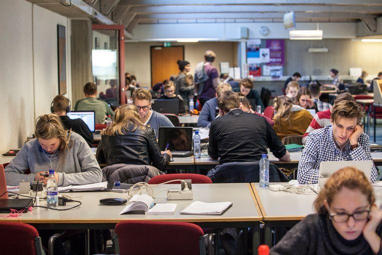 Studenten in een volle studiezaal van de Universiteitsbibliotheek in Groningen. Beeld Harry Cock