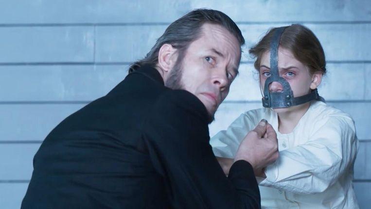 Guy Pearce en Emilia Jones in Brimstone van Martin Koolhoven. Beeld