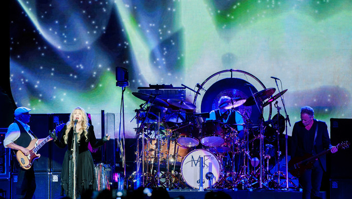 Zangeres Stevie Nicks van de Brits-Amerikaanse band Fleetwood Mac tijdens het concert in de Ziggo Dome.
