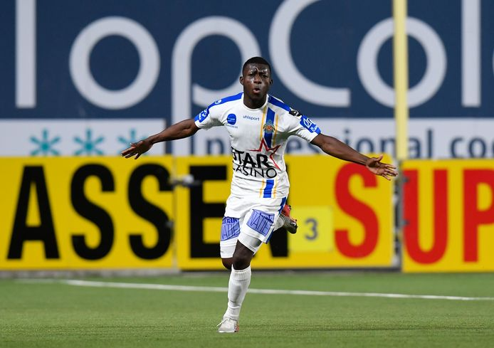 Aboubakary Koïta viert het doelpunt op Sint-Truiden.