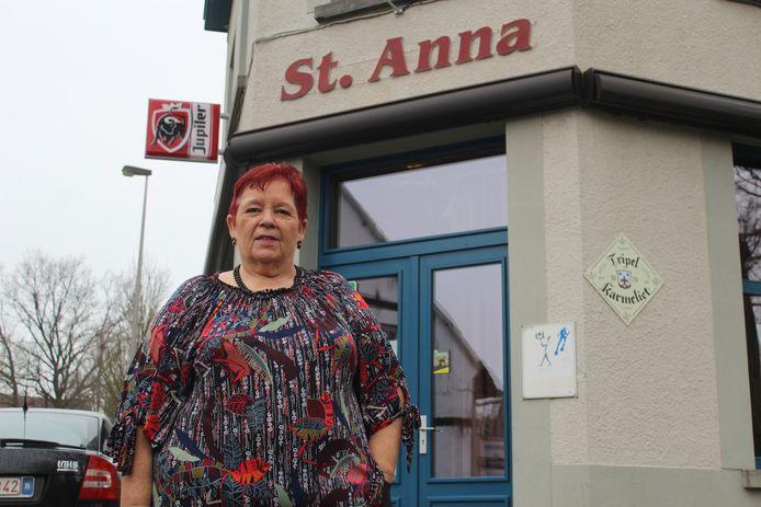 Lydia Dauw aan de ingang van café Sint-Anna.