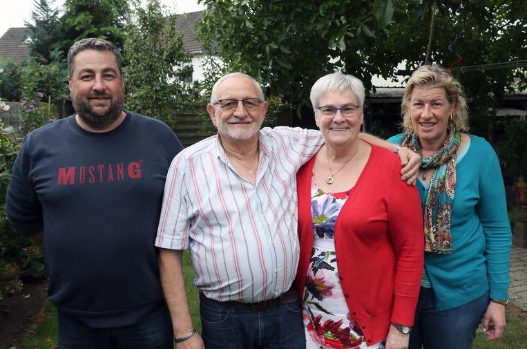 Roger Mertens en Christiane Snoeckx, hier met hun kinderen Bob en Heidi, zijn 50 jaar getrouwd.
