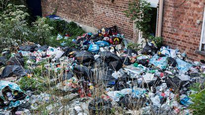 Alleenstaande mama dumpt berg afval in tuin