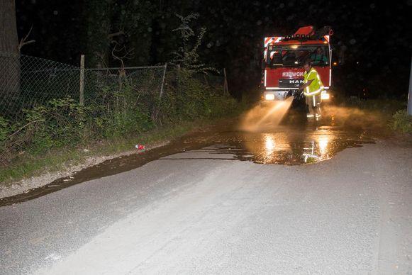 De brandweer was uren in de weer om alle smurrie van de grond te krijgen.