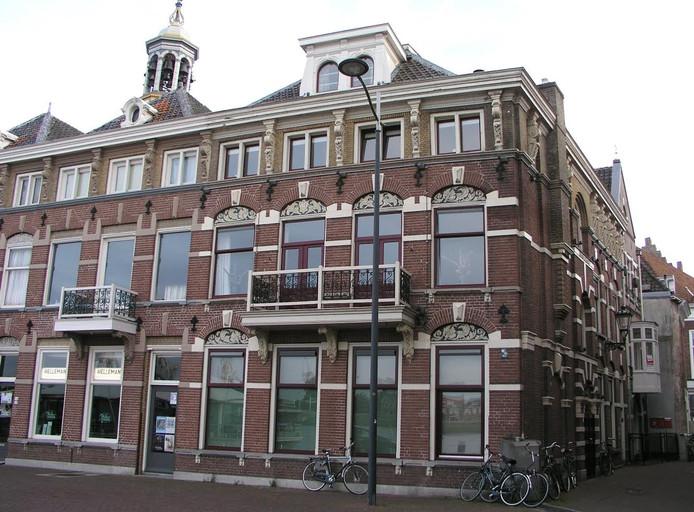 Een ander bouwwerk, waar De Saint Germain toestemming voor gaf, was dit huis op de hoek Marktgang-IJsselkade.
