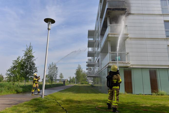De brand vond plaats op een balkon van een woning aan de Calypsostraat in Apeldoorn.