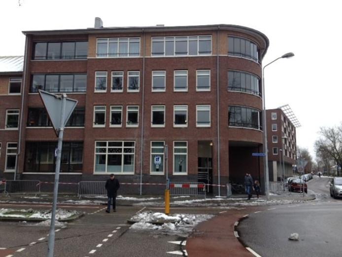 Met hekken en linten is de hoek Koopmansstraat-Kazernestraat afgezet