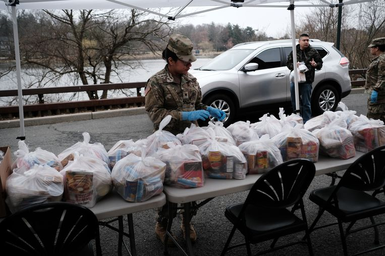 De National Guard deelt voedselpakketten uit aan bewoners van New Rochelle, waar veel bewoners zijn getroffen door het coronovirus.   Beeld Getty Images