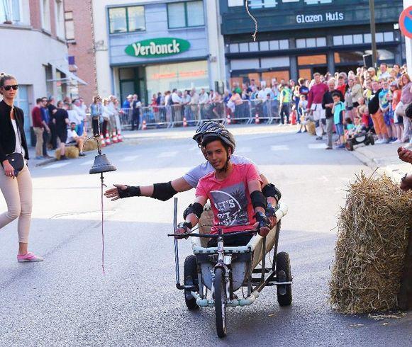 De zeepkistenrace is jaarlijks goed voor een avondje volksvertier.
