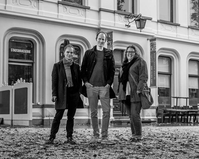 Chris Oomes, Job Verhoeven en Chantal Vermeulen voor de villa.