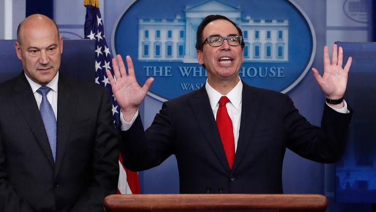 Adviseur Gary Cohn (links) en minister van Financiën Steve Mnuchin woensdag op de persconferentie over Trumps belastingplan. Beeld getty